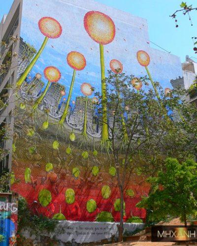 Αυτό είναι το νέο ανθισμένο γκράφιτι της Αθήνας που δεσπόζει στα Εξάρχεια. Στολίζει το αυτοδιαχειριζόμενο πάρκο Ναυρίνου και ο δημιουργός του είναι Ιταλός που έχει λογοκριθεί