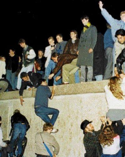Η νύχτα που έπεσε το Τείχος του Βερολίνου. Η διάλυση της Ανατολικής Γερμανίας σε απευθείας σύνδεση. Πώς η γραφειοκρατία και η βιασύνη του Γ. Γραμματέα κατέβασαν τον κόσμο στο δρόμο