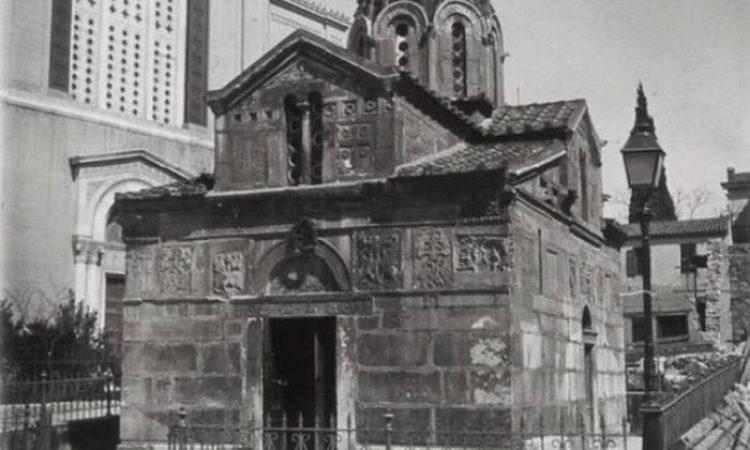 Το αρχαίο μυστικό που κρύβει το εκκλησάκι δίπλα στη Μητρόπολη Αθηνών. Ο αρχιτέκτονας χρησιμοποίησε παλιό οικοδομικό υλικό από έναν ναό που προστάτευε τις εγκυμονούσες. Τι ανακάλυψαν οι αρχαιολόγοι