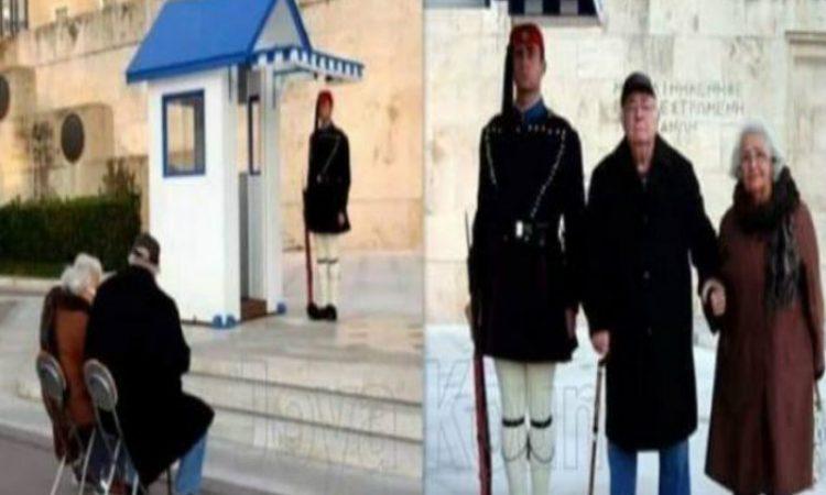 Η συγκινητική φωτογραφία του παππού και της γιαγιάς που κάθισαν μια ώρα στο κρύο στον Άγνωστο Στρατιώτη. Φύλαγε σκοπιά ο εγγονός τους